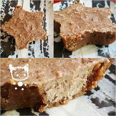 ナッツのローケーキ 小麦、乳製品、卵、砂糖を使わずに、ナッツや果物の自然な甘さだけでつくる、火を使わないケーキです。 相撲ファン 材料 (約13㎝の型) ■ 土台 くるみ 20〜30グラム デーツ 4粒 ■ フィリング バナナ 1本 甘栗 40グラムくらい アーモンド&カシューナッツ 計40グラムくらい ■ (ナッツ類は無添加のものを使用) 作り方 1 ☆土台づくり 2 くるみをその油分でしっとりするくらいまでする。 デーツを加えてすり、まとめる。 クルミとデーツはおすすめのコンビです 3 ②を型に敷き、冷蔵庫で冷やしておく。 4 ☆フィリングづくり 土台を冷やしている間にフィリングづくりに取りかかるぞ。 5 アーモンド&カシューナッツをすり鉢でする。 ある程度粉っぽくなったら甘栗を加えてする。 最後にバナナを加えて混ぜる。 6 冷やしておいた土台にフィリングを流し、冷蔵庫で1時間以上冷やす。 7 完成! おいしく召し上がれ。 コツ・ポイント ・フードプロセッサーがあれば、混ぜたり砕いたりは全てそれで大丈夫だと思います!欲しい……