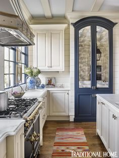 Hail navy! Bold colorputs a fresh face on this Matthew Quinn-designedcooking and gathering space