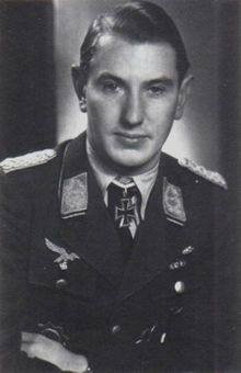 Mayor Adolf Borchers (132 victorias en 800 misiones). RK. 11/junio/1944, fue ascendido a Gruppenkommandeur I./JG 52. Consigue su victoria nº 100 el 24/julio/1944. Su victoria nº 118 se alcanza el 2/sept/1944, victoria que pasa a ser la nº 10.000 del JG 52. Se le nombra Gruppenkommandeur del III./JG 52 el 1/feb/1945.