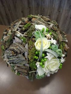 Very beautiful nature and floristry connected in a workpiece Deco Floral, Arte Floral, Floral Design, Ikebana, Flower Centerpieces, Flower Decorations, Fresh Flowers, Beautiful Flowers, White Flowers