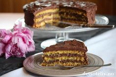 """""""Tropisk Aroma"""" er en kjempegod, norsk, krydret sjokoladekake. I sin klassiske form, består den av to lyse kakebunner og en mørk kakebunn i midten (se oppskrift på Tropisk Aroma og Tropisk Aroma festkake på detsoteliv.no). Her har du en variant som nøyer seg med lys kakebunn og masse deilig sjokoladekrem. """"Lys Tropisk Aroma"""" har veldig myk og saftig konsistens, og blir nesten bare bedre av å stå et par dager. Serveres med varm kaffe....! Mmmmm...... Baking, Cake, Desserts, Food, Tailgate Desserts, Deserts, Bakken, Kuchen, Essen"""