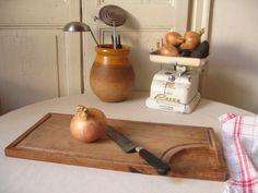 Planche à découper en bois / Planche de cuisine vintage / Ancienne planche à pain / Rigole à jus / Cuisine rustique / Campagne française de la boutique LMsoVintage sur Etsy