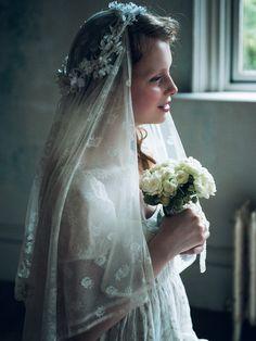 プティローブノアー リネンドレスに刺しゅうベールと花冠を。愛らしい天使が舞い降りて