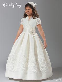 1comunion, vestido realizado en organza de seda rústica, con aplicacion bordada a media falda y todos los filos ribeteado con pequeño plisado