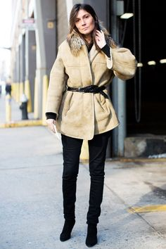 Chic in a belted suede jacket with fur collarla modella mafia New York Fall 2013 Fashion Week street style - Emmanuelle Alt, chief fashion editor at Vogue Paris 3 Emmanuelle Alt Style, Fashion Week, Paris Fashion, New Fashion, Fashion Editor, Fashion Coat, High Street Fashion, Solange Knowles, Winter Looks