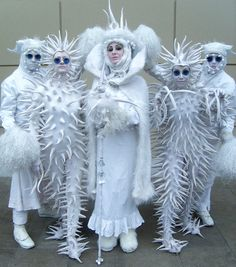 Snow Queen and minions--is this felted?--love the blue sunglasses Snow Queen, Ice Queen, Halloween Cosplay, Halloween Costumes, Fairy Costumes, Space Costumes, Halloween Karneval, Theatre Costumes, Fantasy Costumes