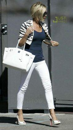Hola Chicas!! Una de la celebridades que a mi me encanta su look es el de Victoria Beckham, tiene un estilo muy elegante, clasico y muy femenino que a mi me fascina, les dejo una galeria de fotografías de outfits para diferentes ocasiones que a mi me gustan mucho. Feliz dia!!!!