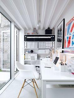 Escritório branco minimalista