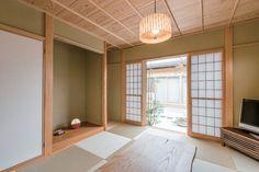 床柱は天然しぼり杉丸太、柱は檜(ひのき)、黄聚楽色の京壁が美しい真壁造りの和室。