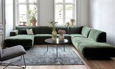 I stedet for at stille din sofa op ad væggen, så prøv denne idé Living Room Sectional, Home Living Room, Living Room Decor, Deco Design, Open Plan Living, Home Decor Inspiration, Sweet Home, Furniture, Interior Design