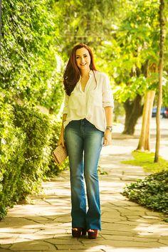 Flare jeans e camisa branca