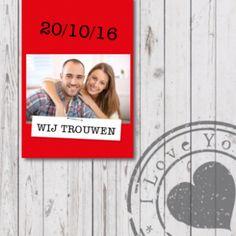 Stoere trouwkaart met wit steigerhouten achtergrond, met rode banner met foto en trouwdatum en wit labeltje met nietje. Stoere stempels met 'I Love You', hartje en 'Live, Love, Laugh'.
