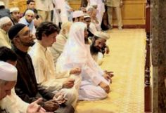 Now this is disgusting: Canadian politician Justin Trudeau praying in a mosque – Did he recite the Shahada? - Justin Trudeau praying in a mosque Justin Trudeau, Religion In Canada, Toronto, Sharia Law, Pride Parade, Mosque, Obama, Christianity, Prime Minister