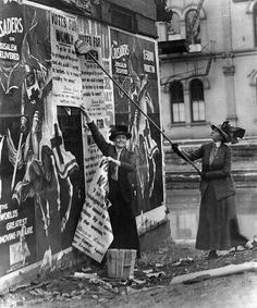 suffragettes-posting-posters.jpg 499×599 pixels