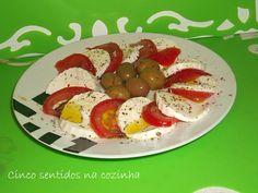 Cinco sentidos na cozinha: Salada de queijo fresco com tomate, azeitonas temp...