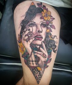 Tatuagem criada por Torreão André de São Paulo. Mulher com flores em neo tradicional.