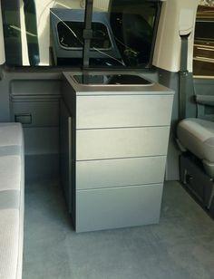Die neue, grifflose Küchenbox des CustomBus Multi, Modell 2015. Inkl. Kocher und 30l Kühlauszug in Kompressortechnik. Weitere Infos auf: www.custom-bus.de