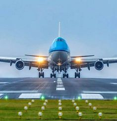 A Boeing 747 perfectly [c]--- ✈️ Image Avion, Airplane Wallpaper, Airplane Flying, Airplane Photography, Jumbo Jet, Passenger Aircraft, Private Plane, Commercial Aircraft, Civil Aviation