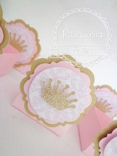 Forminhas personalizadas para doces tema Princesa <br>Decorada com arte digital e coroa dourada <br>Papéis 180gr, disponível em diversas cores e estampas <br>Forminha para 1 doce ou 1 bombons <br> <br>***PEDIDO MINIMO DE 40 UNIDADES