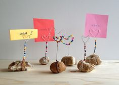 DIY-Tutorial zum Muttertag: Herzen aus Draht, gebogen als Notizhalter - aa school club - creative, creativo, tvoření - Kids Crafts, Diy And Crafts, Mothers Day Crafts, Fathers Day Gifts, Mother's Day Special Gifts, Tutorial Diy, Note Holders, Picture Holders, Mother's Day Diy
