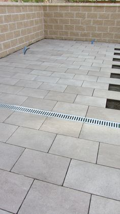 canaleta de polipropileno con rejilla galvanizada para evacuación de aguas pluviales de patio.