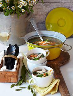 Knackige Zuckerschoten und Möhren bringen Frühling in die Suppe. Geriebener Ingwer, nur kurz darin erwärmt, eine frische Schärfe.