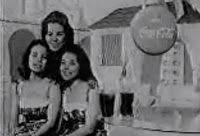 Primeiros comerciais da Coca-Cola em 1950.  Com a chegada da TV no Brasil, no anos 50, os comerciais herdavam uma forte produção do rádio: muita musicalidade, vozes em coro, geralmente femininas. A Coca-Cola explorou bem esta mídia.