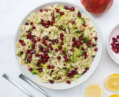 Nudelsalat mit Brokkoli und Granatapfel