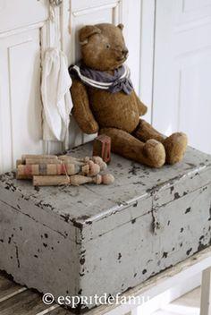 Campagne chic, déco brocante ou ambiance industrielle, Esprit de famille est une boutique en ligne de mobilier et objets chinés. Meuble de métier, linge ancien
