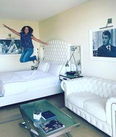 Será que eu gostei do @mrcbeverlyhills hotel dos irmãos Cipriani? Um doce pra quem adivinhar!  Que decoração mais fofa toda branquinha e com fotos antigas na parede. Aliás acho que tem alguém me olhando...  Varandinha simpática com linda vista completam o ambiente. Puro glamour em Beverly Hills. My style!