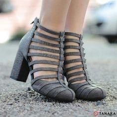 Sapato confeccionado em couro com salto estaca. Este abotinado cheio de tiras está super moderno trazendo muita graça aos seus pés! Ref. N6864 - procure em http://ift.tt/1SLG2kZ