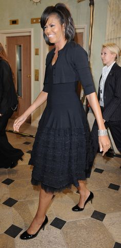 First Lady Michelle Obama turns 49 today! Like a fine wine, ou. Navy Dress Outfits, Modest Dresses, Cool Outfits, Michelle Obama Fashion, Barack And Michelle, Michelle Obama Birthday, American First Ladies, Celebrity Dresses, Lady