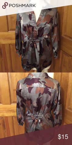 Floral top in great condition Nice top with a great fit Tops