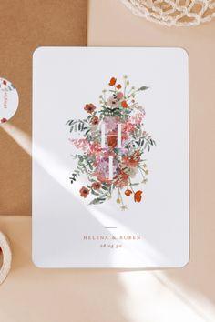 Deze trouwkaart is spectaculair dankzij het bloemstuk in felle kleuren waarin de twee initialen van de bruid en bruidegom een prominente plek hebben gekregen. Personaliseer vandaag nog je In bloom huwelijksuitnodiging. Container, Bloom