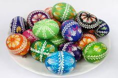 pisanki wykonane techniką batikową na wydmuszce jaja gęsiego Polish Easter Traditions, Egg Decorating, Morning Food, Easter Eggs, Traditional, Projects, Crafts, Holidays, Craft Ideas