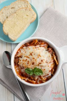 Enjoy all the gooey, cheesy goodness of a homemade lasagna in just 30 minutes with this easy to make Weeknight Lasagna Soup. Crockpot Recipes, Soup Recipes, Cooking Recipes, Lasagna Recipes, Chili Recipes, Healthy Recipes, Chili On The Stove, Lasagna Soup, Skillet Lasagna