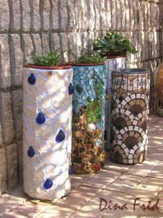 Garden Art DIY: Planters made from plastic PVC tubes and mosaic ti. Pvc Pipe Projects, Mosaic Projects, Outdoor Projects, Outdoor Ideas, Outdoor Crafts, Pvc Pipe Crafts, Mosaic Crafts, Outdoor Decor, Outdoor Art