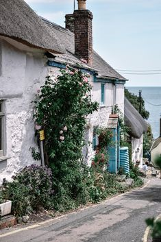 When it comes to Cornwall, it's unspoilt villages are where this English county really shines. Here is a guide to the most beautiful villages in Cornwall, which hopefully you will be adding to your list to explore! Narnia, Beautiful Places, Most Beautiful, Beautiful Buildings, Amazing Places, Castles In England, England Houses, Seaside Village, Campinas