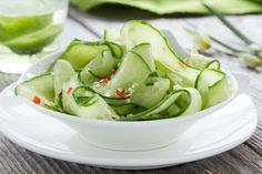 Koolhydraatarme komkommersalade zoetzuur. Heerlijk fris en koolhydraatarm bijgerecht. Gezond én lekker!