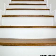 univers deco escalier bois peint Photo Deco, Home And Deco, Decoration, Beach House, Home Goods, Stairs, Cool Stuff, Architecture, Inspiration