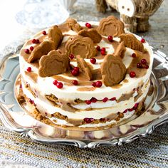 *~Christmas~* Dream cake combines meringue, caramel, cranberries, and brings a wonderful spice, cinnamon. Baking Recipes, Cake Recipes, Dessert Recipes, Christmas Baking, Christmas Treats, Cake Cookies, Cupcake Cakes, Delicious Desserts, Yummy Food