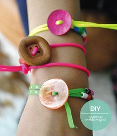 Make summer bracelets with buttons! Projects For Kids, Diy For Kids, Craft Projects, Crafts To Do, Crafts For Kids, Arts And Crafts, Summer Bracelets, Crafty Kids, Bijoux Diy