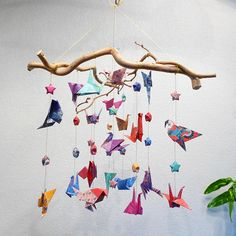 Plus darticles sur: http://www.laboiteagaloo.com  Mobile pour décoration intérieure ou pour chambre denfant. Ideal comme cadeau de naissance, original et coloré. Le mobile est composé de 20 oiseaux et de 21 étoiles. Il y a 10 variétés doiseaux en origami qui font environ 4 cm, 5cm. Les