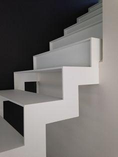 stalen trap, wit gelakt, onderste deel heeft open treden, bovenste deel gesloten treden