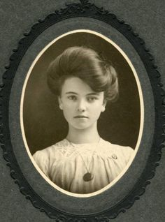 40 Stunning Portrait Photos of Beautiful Young Women From the Turn of the Century ~ vintage everyday Historical Hairstyles, Edwardian Hairstyles, Vintage Hairstyles, Vintage Pictures, Old Pictures, Vintage Images, Old Photos, Belle Epoque, Edwardian Era