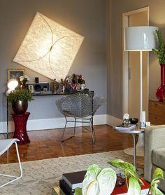 O Abajur Sírius é sofisticado e moderno. Ideal para você decorar aquele cantinho de leitura ou a sua sala de estar. Ele não ocupa muito espaço e oferece uma iluminação ampla.