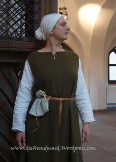 Darstellung: Handwerkerin um 1300 Berlin tags: cotte, cotta, Schlupfärmel,Mittelalter 14.Jh, medieval,Gewandung, Reenactment, Living history