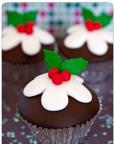 christmas pudding cupcakes - so cute! Christmas Cupcakes Decoration, Christmas Cake Designs, Christmas Cake Pops, Christmas Pudding, Christmas Sweets, Christmas Cooking, Noel Christmas, Christmas Goodies, Pudding Cupcakes