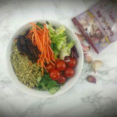Super VEGAN-BOWL  -Ensalada variada -Canónigos -Tomatitos cherry -Zanahoria rallada -Tomates deshidratados -Quinoa  y -Pesto con ajito morado #biggarlic de @mydietbox Le ha dado un aroma impresionante!