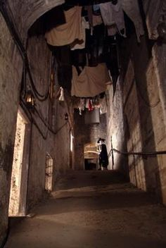 Under the basement of Edinburgh an ancient underground city buried under several floors of new buildings, which were rising vertically one after the other hides. Wealthy people lived on the surface and the more depressed and marginalized population was drawing together in remote homes abroad. Dirt caused thousands of rats with impunity paseasen these narrow alleys called closes, carrying diseases that are easily transmitted to humans.